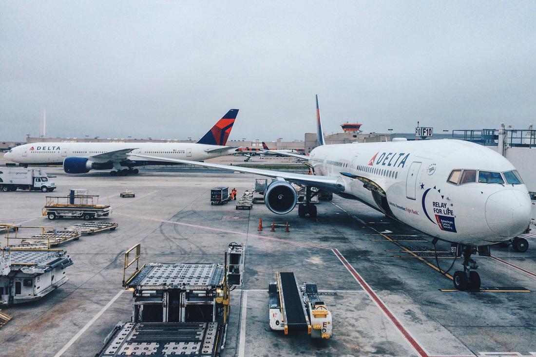 Mit Delta Airlines von Amsterdam in die USA | US Airlines Gender Neutral Buchungsoption © Coupleofmen.com