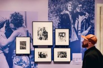 New York City World Pride Gay Reise New York Daan enjoying the beautiful photos of the Love & Resistance Exhibition at the New York Public Library | New York City for World Pride 2019 © Coupleofmen.com