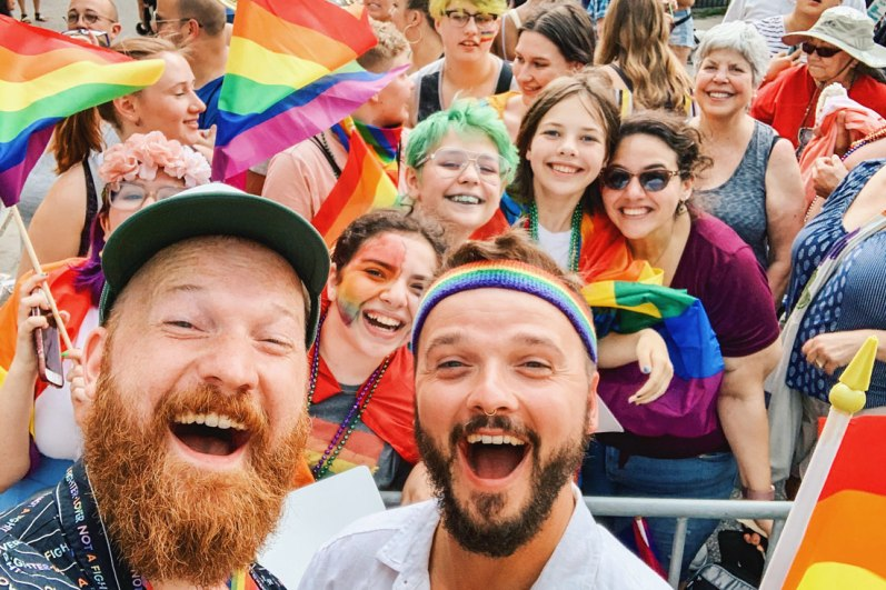 Chicago Gay City Tipps Selfie with a group of queer girls at Chicago Gay Pride Parade 2019 © Coupleofmen.com