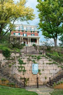 Galena Illinois Road Trip Felt Manor Guest House auf dem Quality Hill mit Blick auf Galena, Illinois © Coupleofmen.com