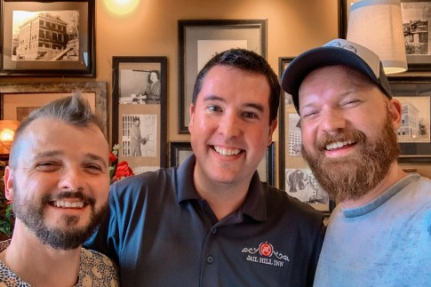 Gay Galena LGBT Getaway Illinois Galena Illinois Road Trip Gay Selfie mit Matthew Carol vom Jail Hill Inn in Galena, Illinois © Coupleofmen.com