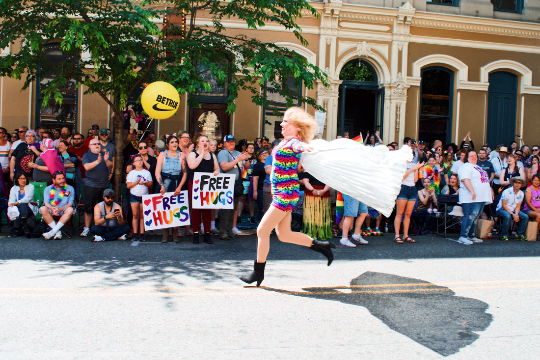 Wait for me! Drag Queen on the run! © Coupleofmen.com