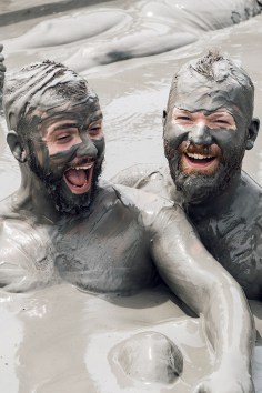 Gay Reise Cartagena Getting dirty was so much fun in healthy Colombian Volcano mud © Coupleofmen.com