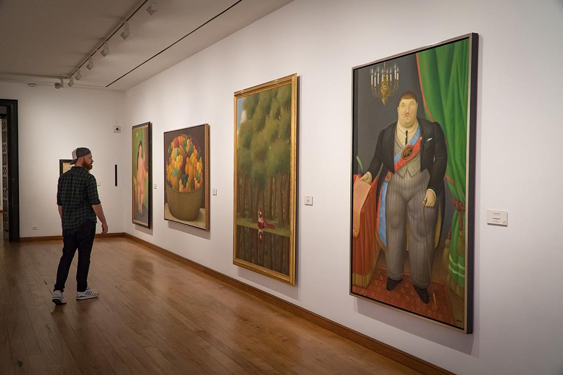 Daan enjoying the artwork at Museo Botero del Banco de la Republica © Coupleofmen.com