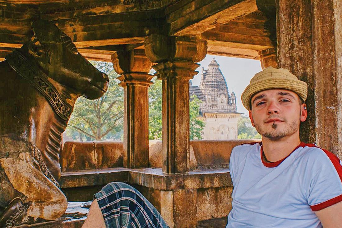 Karl needed a break in the shadow - it is really warm around the Khajuraho tempels © Coupleofmen.com