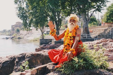 And even here, where almost noone was, Karl found a colorful Sadhu close to Orchha © Coupleofmen.com