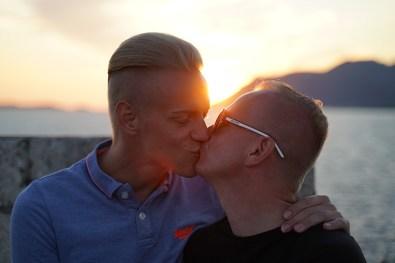Sonnenuntergangskuss auf einer Kreuzfahrt ideal für schwule Paare