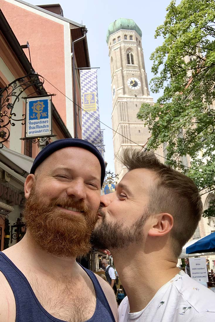 Kiss-Selfie in front of the Cathedral of Our Dear Lady aka Frauenkirche © Coupleofmen.com