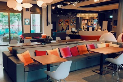 Colorful pillows, a accessible outdoor inner courtyard, the signature bar: Lobby and Lounge with space to work, to have a drink, and to dance with live music events © Coupleofmen.com