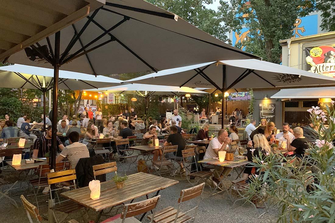 summer atmosphere with live-music at the beer garden of Kathy's Garage, Dresden-Neustadt © Coupleofmen.com
