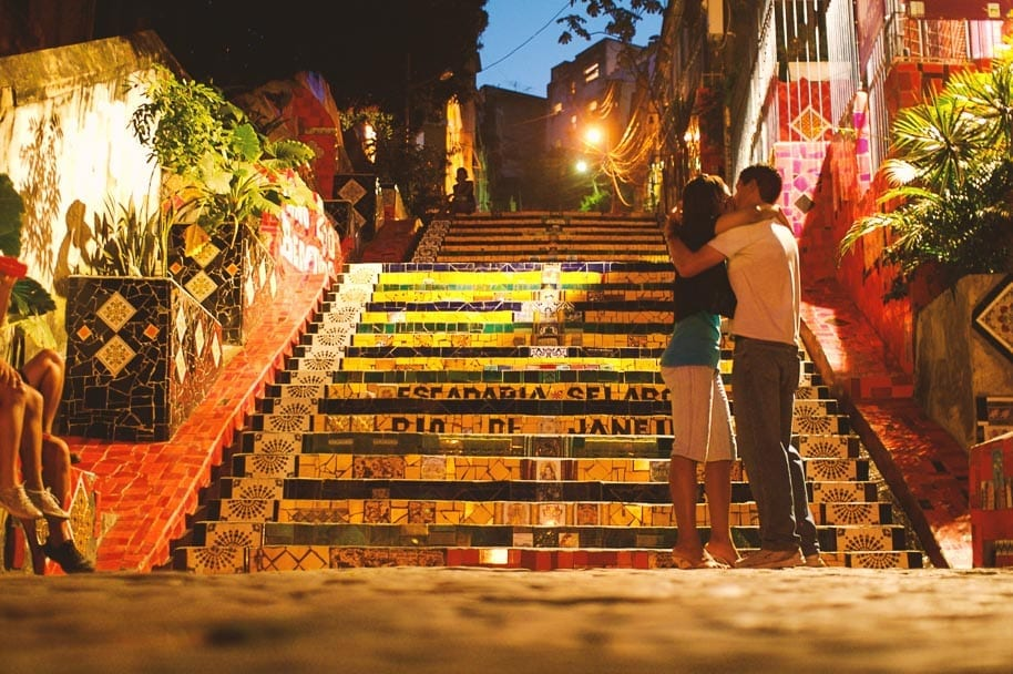 couple-rio-de-janeiro-stairs
