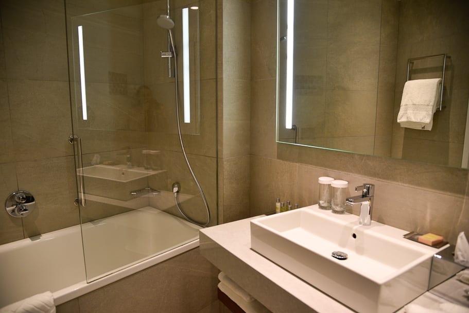 wroclaw-doubletree-by-hilton-bathroom