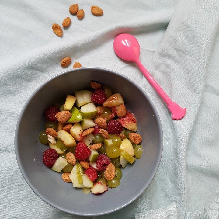Salade de raisins/poire/pêches aux noyaux d'abricots