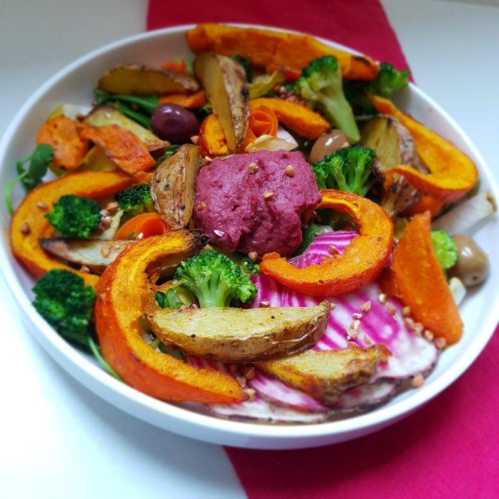 Salade d'hiver aux légumes rôtis et au houmous