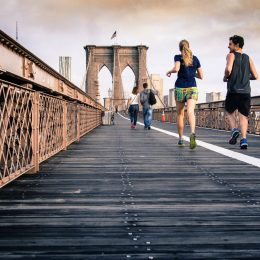 running-couple-sur-un-pont