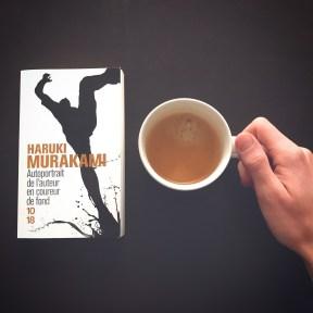 Photo du livre Autoportrait de l'auteur en coureur de fond par Haruki Murakami avec un tasse à café.