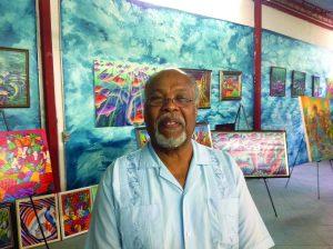 Jan Mapou dans sa salle d'exposition.