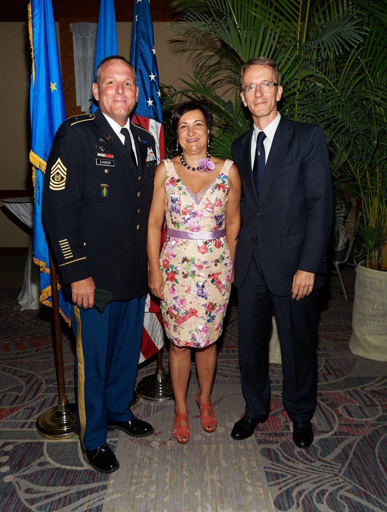 Valérie et Philippe Létrilliart, consul général de France à Miami avec le Sargent Mayor Saizer.