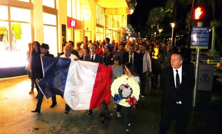Manifestation sur Lincoln Road à Miami Beach en solidarité avec les victimes des attentats terroristes de Paris.