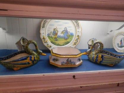 Un meuble entier de faïences de Quimper à la Villa Vizcaïa de Miami.
