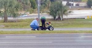 petit garçon sur l'autoroute