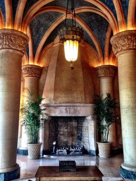 Le hall gigantesque du Biltmore, avec ses plafonds peints et ses cheminées comme dans un château d'Europe