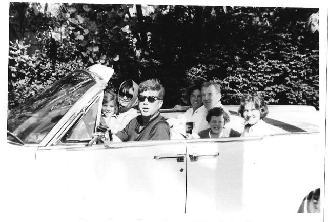 Le président John F. Kennedy, Jackie et Caroline avec leurs amis Anita et Paul Fay et leurs filles, Pâques 1963. Photo courtesy of Kathy Fay.