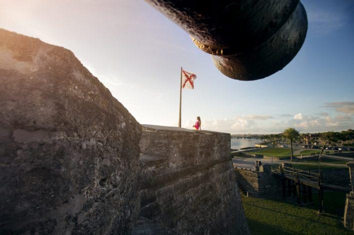 Vue sur la baie le matin depuis l'étage supérieur du Castillo de San Marcos.