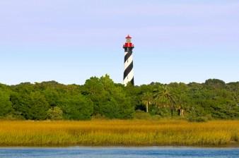 Les visiteurs peuvent monter les 219 marches jusqu'au sommet du phare de Saint- Augustine pour une vue d'ensemble des cours d'eau environnants, du quartier historique de Saint- Augustine et de l'océan.