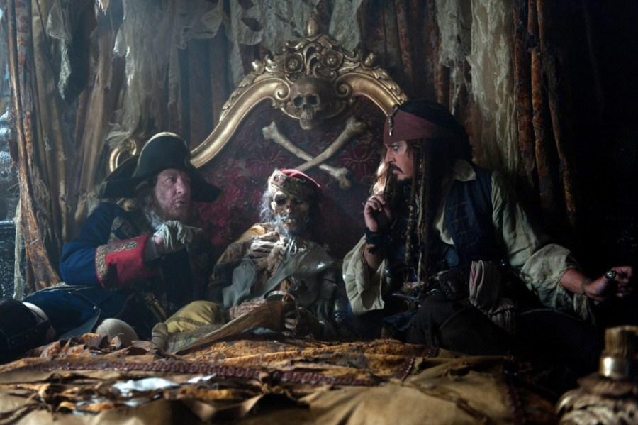 Le capitaine Barbosa et Jack Sparrow devisant sur le lit de mort de Ponce de Leon (Pirates des Caraïbes : La Fontaine de Jouvence)