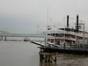Bateau à roue sur le Mississippi dans le centre de New-Orleans