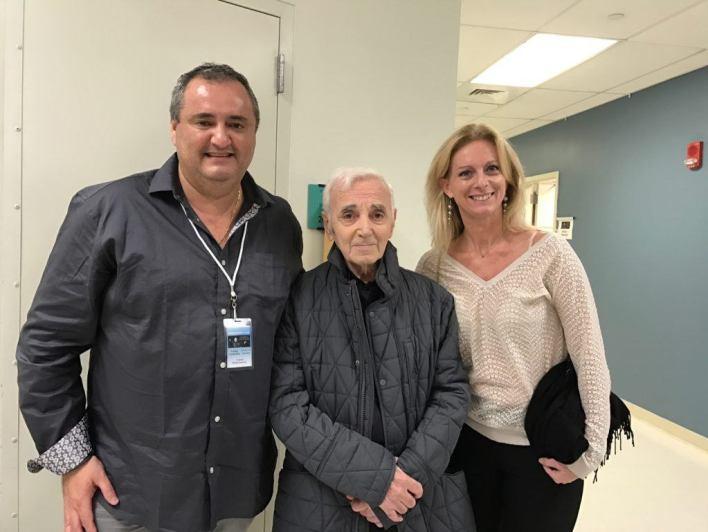 Charles Aznavour entre Franck et Bertille Bondrille mardi soir à Miami.