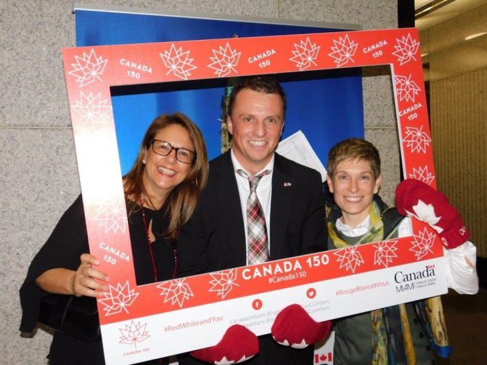 Trois membres du consulat du Canada à Miami : Georgette Pepper, le consul Laurent Morel-à-L'Huissier et Elaine Brouca