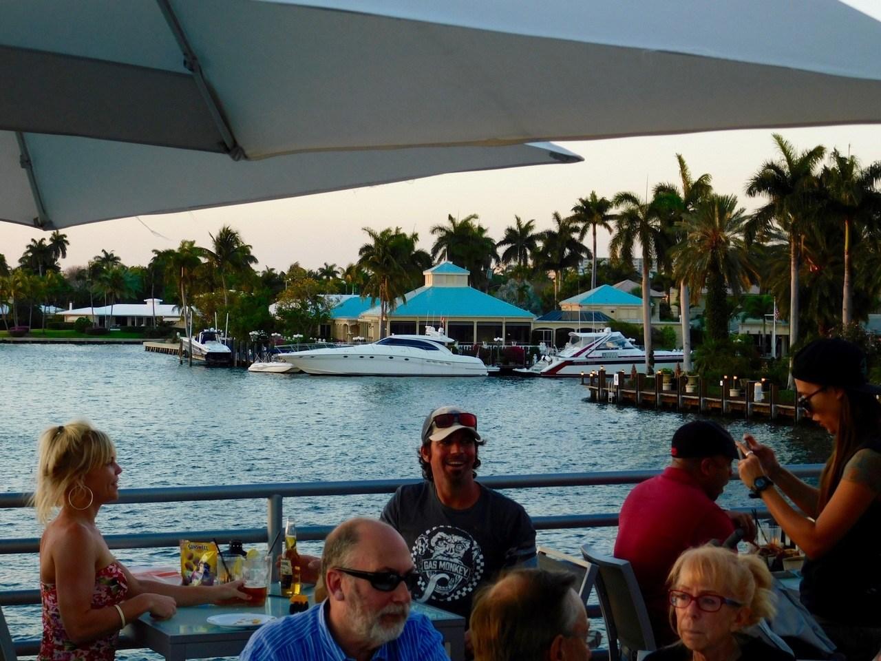 Coucher de soleil au restaurant Pelican Landing sur le Pier 66 de Fort Lauderdale (Floride) et la rivière Intracoastal