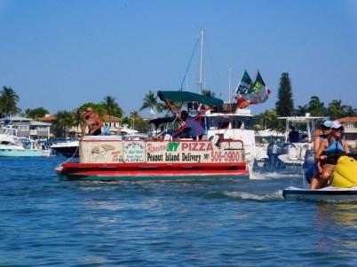 """Vous avez déjà vu un """"bateau-pizza"""" ? En voici un à Peanut Island en Floride."""