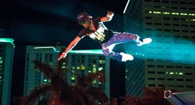 Le rappeur Lil Uzi Vert saute dans la foule à Miami