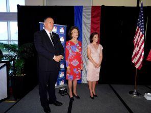 Les conseillers consulaires Xavier Capdevielle et Nicole Hirsh, avec Mme Erin Leclerc (à droite).