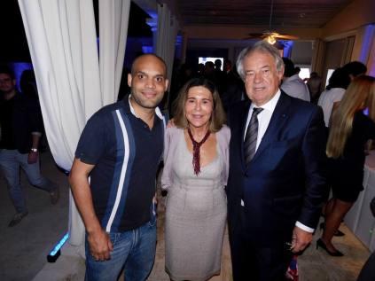 Laurent Caravel (à gauche), avec M. et Mme Jacques Brion (conseiller consulaire)