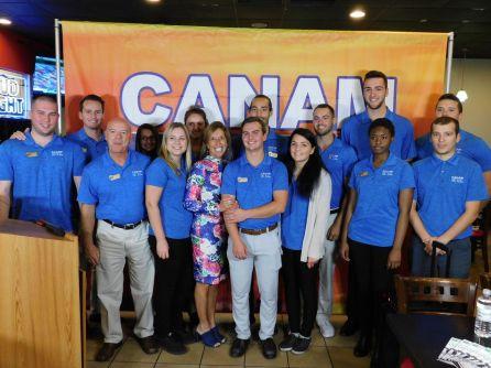 L'équipe du centre d'appel de Canam Golf, autour de Marie-Josée Goulet