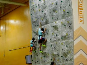 Mur d'escalade pour enfants au Xtreme Action Park de Fort Lauderdale