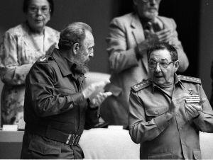 Fidel et Raul Castro à l'assemblée.