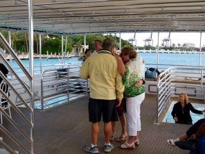 La Croisière s'amuse : soirée croisière québécoise sur les rivières entre Miami et Miami Beach, organisées par Go 2 Vacations et Galaxy Tours.