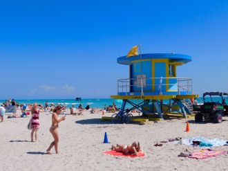 Plage devant les grands hôtels art déco de Miami Beach, au niveau de Lincoln Road