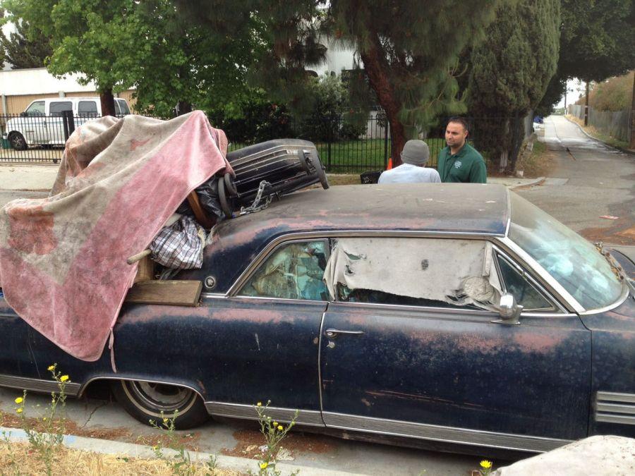 Voiture servant de logement dans les rues de Los Angeles