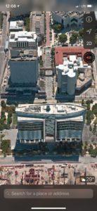 Le tribuanl fédéral est au premier plan sur l'image, dans le centre de Miami. Tant qu'ils ne sont pas condamnés, les prévenus sont emprisonnés dans le bâtiment juste derrière à gauche, et escortés entre les deux par les Marshall dans un sous-terrain.