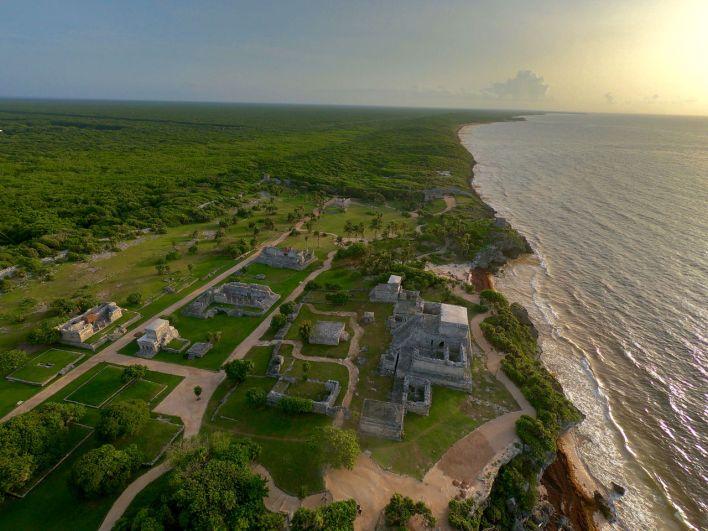Les ruines mayas de Tulum photographiées au Drone au lever du soleil : majestueux !