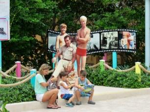 "Famille devant l'attraction ""Flipper"" au Miami Seaquarium"