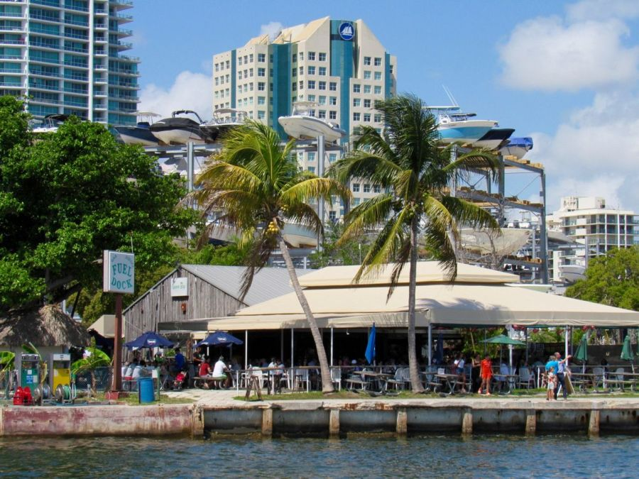 Le restaurant-grill de la Grove Key Marina est à côté de l'hôtel de ville de Miami