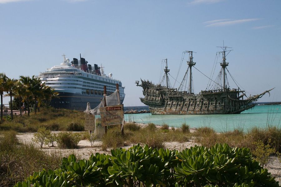 Photo : Le Hollandais Volant du film Pirate des Caraïbes ) Castaway Cay.