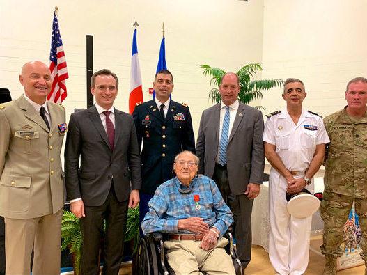 Le 8 mai dernier à Aluchua en Floride, le consul de France Clément Leclerc a remis les insignes de Chevalier de la Légion d'Honneur à M.Tam Cato, ancien combattant américain ayant participé à la Libération de la France.